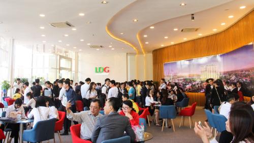 Khách hàng tìm hiểu dự án High Intela ở mặt tiền đại lộ Võ Văn Kiệt.