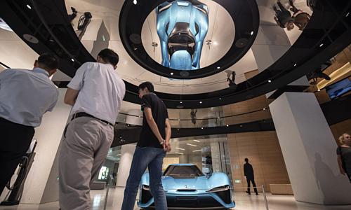 Một mẫu xe điện thể thao của NIO tại showroom ở Thượng Hải. Ảnh: Bloomberg.