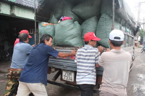 Các tình nguyện viên chuyển quần áo cũ lên xe để vận chuyển đến các cửa hàng cơ hội thứ hai trên khắp Việt Nam. Ảnh: NVCC.