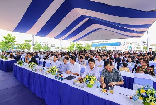 Đông đảo người dân, khách hàng đối tác của Đất Xanh Miền Trung tham dự buổi lễ khởi công.
