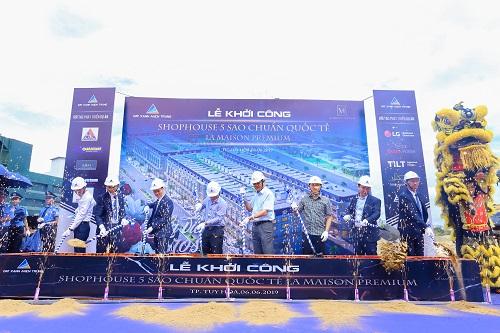 Ban lãnh đạo Đất Xanh Miền Trung cùng chính quyền địa phương thực hiện nghi thức khởi công dự án.