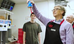 Bill Gates và Warren Buffett học làm nhân viên bán kem