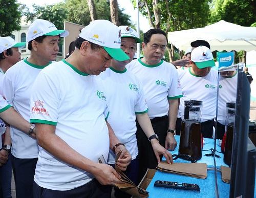 Thủ tướng Nguyễn Xuân Phúc ghé thăm gian trưng bày sản phẩm bao bì thân thiện môi trường của Asanzo.
