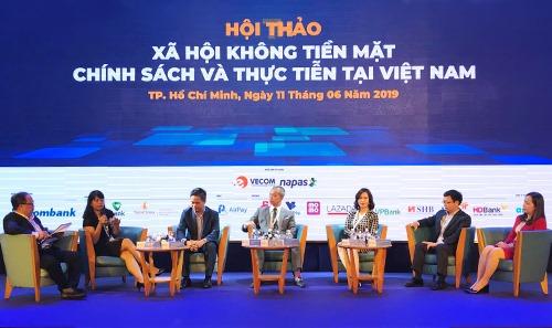 Bà Nguyễn Thị Thúy Bình - Phó tổng giám đốc Vietjet (góc phải)chia sẻ kinh nghiệm khuyến khích thanh toán không dùng tiền mặt tại diễn đàn. Ảnh: K.A.