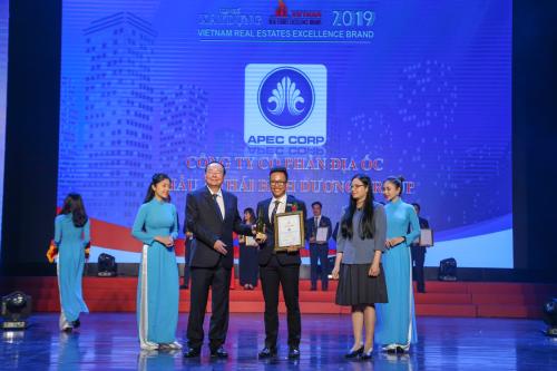 Đại diện Apec Corpnhận giải thưởng Top 10 Nhà đầu tư và kinh doanh bất động sản xuất sắc 2019.