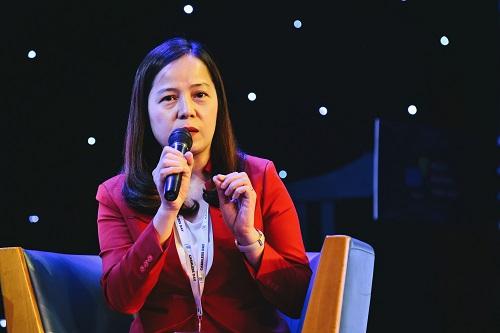 Bà Nguyễn Thị Thúy Bình - Phó tổng giám đốc Vietjet tại diễn đàn về thanh toán không tiền mặt. Ảnh: Q.Đ.