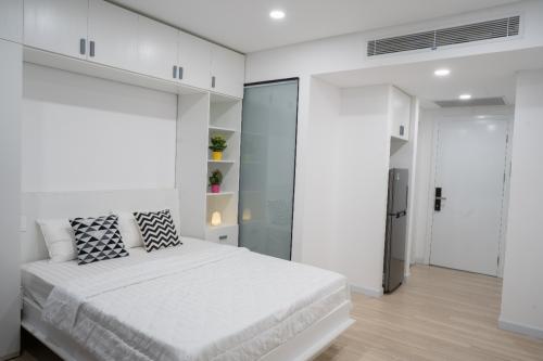 Khu căn hộ theo phong cách tối giản song đầy đủ tiện nghi từ nhà bếp, phòng tắm đến phòng giặt ủi và tự làm khô quần áo.