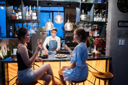 Khu vực quầy bar trên tầng thượng đáp ứng nhu cầu ăn uống và giải trí cho cư dân.