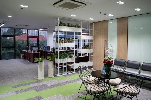 Khu vực văn phòng tại tầng 1 và tầng 2 có thiết kế không gian mở, sức chứa 200 chỗ làm việc và hệ thống phòng họp tiện nghi.