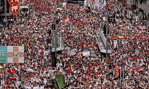 Người Hong Kong biểu tình phản đối dự luật dẫn độ. Ảnh: AP