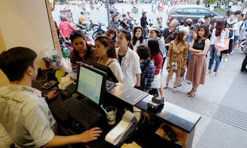 Cảnh xếp hàng mua trà sữa ở một cửa hàng tại TP HCM. Ảnh: Phương Đông