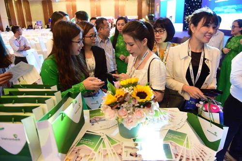 Đại biểu tham dự hội thảo quan tâm và tham gia trải nghiệm các dịch vụ ngân hàng hiện đại tại gian hàng của Vietcombank