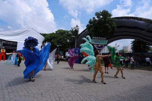 Các vũ công chuyên nghiệp trình diễn chào mừng những vị khách đến tham qua triển lãm.