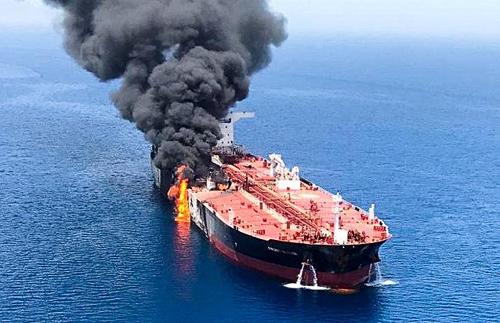 Một tàu chở dầu bị tấn công tại Vịnh Oman hôm qua. Ảnh: Reuters