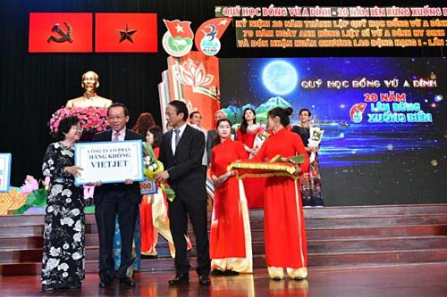 Ông Đỗ Xuân Quang - Phó tổng giám đốc Vietjet (ngoài cùng bên phải) nhận bằng khen của Phó thủ tướng Trương Hòa Bình.