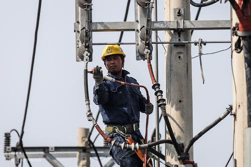 Công nhân điện lực TP HCM sửa chữa trên lưới điện. Ảnh: Thành Nguyễn