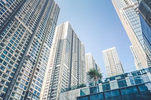 Khu dân cư hình thành kéo theo sự xuất hiện các cao ốc văn phòng, trung tâm thương mại.