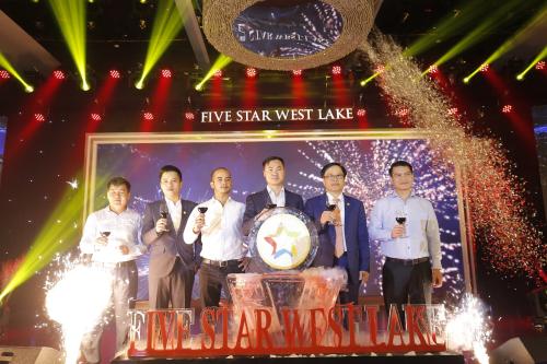 Đại diện chủ đầu tư GFS cùng các đối tác thực hiện nghi lễ ra mắt Five Star West Lake.