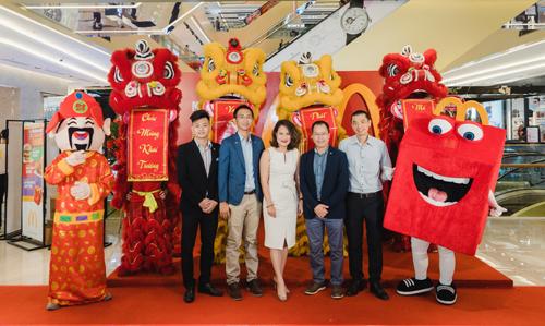 Đại diện McDonald's Việt Nam và khách mời tham dự khai trương nhà hàng McDonald's Vincom Trần Duy Hưng, Hà Nội.