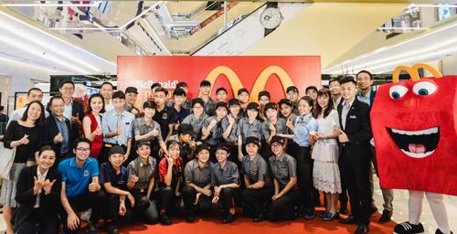 Đội ngũ nhân viên nhà hàng McDonalds Vincom Trần Duy Hưng cùng các đại diện quản lý McDonalds Việt Nam.