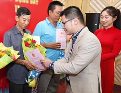 Đại diện Việt Hưng Phát trao giấy chứng nhận quyền sử dụng đất cho khách hàng.