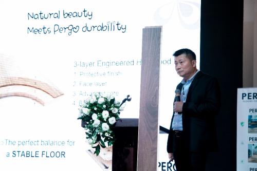 Đại diện Pergo giới thiệu tính năng nổi bật của sàn gỗ tự nhiên Wood Parquet.