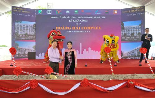Bà Bạch Tuyết Mai - Chủ tịch hội đồng quản trị cùng ông Mai Văn Huỳnh - Chủ tịch UBND huyện Phú Quốc.