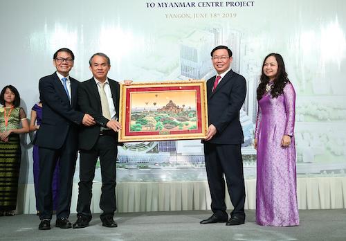 Deputy Prime Minister Vuong Dinh Hue gave souvenirs to the Bau Duc company in Yangon (Myanmar). Photo: VGP
