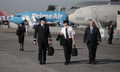 Các phi công đi dạo tại Paris Air Show năm nay. Ảnh: Bloomberg