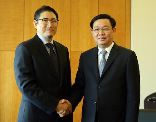 Phó thủ tướng Vương Đình Huệ (phải) tiếp Chủ tịch Tập đoàn Hyosung - Hyun Joon nhân chuyến thăm Hàn Quốc 19-23/6. Ảnh:VGP