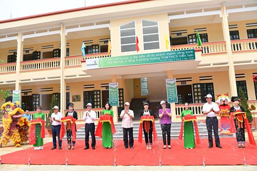 Các đại biểu tham gia cắt băng khánh thành công trình Trường TH&THCS Viễn Sơn