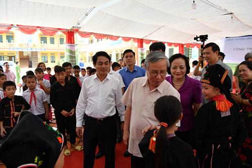 Lãnh đạo địa phương và lãnh đạo Vietcombank thăm hỏi học sinh của trường