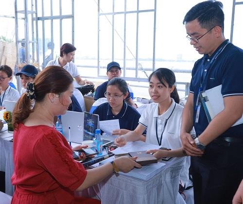 Hàng trăm khách hàng làm thẻ ngay tại sự kiện.