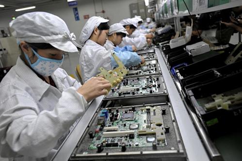 Công nhân trong một nhà máy của Foxconn tại Thâm Quyến (Trung Quốc). Ảnh: AFP