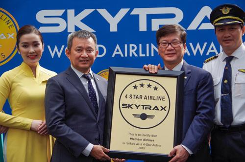 Ông Dương Trí Thành, Tổng giám đốc Vietnam Airlines nhận chứng nhận 4 sao từ