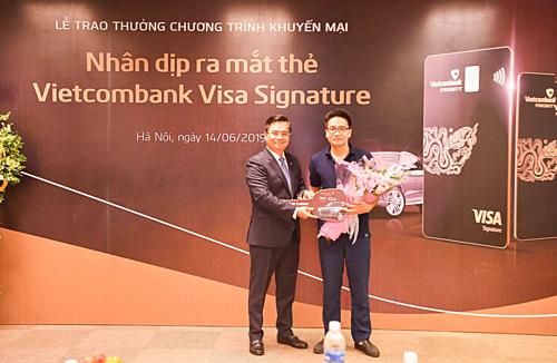Lãnh đạo Vietcombank chụp ảnh cùng khách hàng trúng giải thưởng kim cương của chương trình.