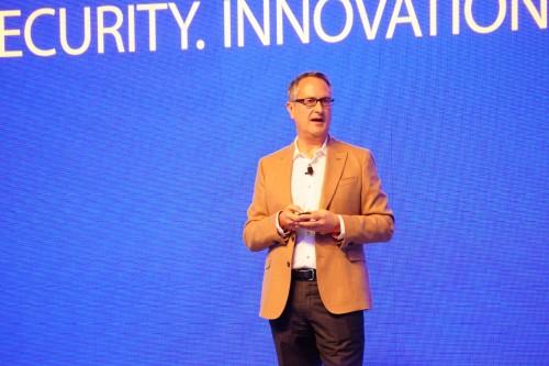 Ông Chris Clark - Chủ tịch Visa khu vực Châu Á - Thái Bình Dương tại hội nghị. Ảnh: Viễn Thông