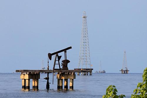 Một cơ sở khai thác dầu tại Venezuela. Ảnh: Reuters