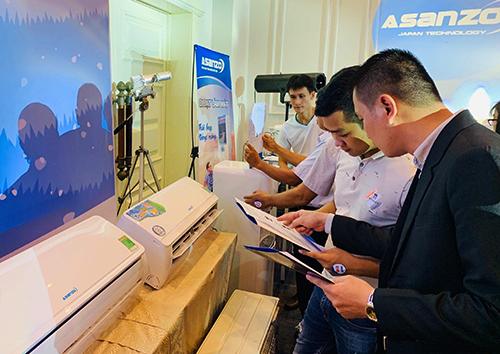 Các đại lý tìm hiểu những dòng sản phẩm điện lạnh mới của Asanzo giới thiệu trong khuôn khổ hội nghị khách hàng.