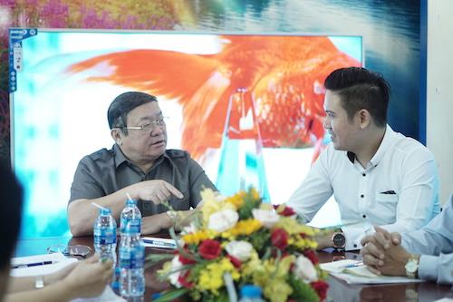 Ông Thào Xuân Sùng (trái) đánh giá cao nỗ lực phục vụ người nông dâncủa doanh nghiệp doông Phạm Văn Tam (trái) điều hành.