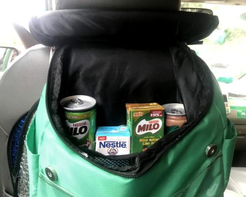 Sản phẩm được đặt trong túi giữ nhiệt treo sau ghế tài xế.