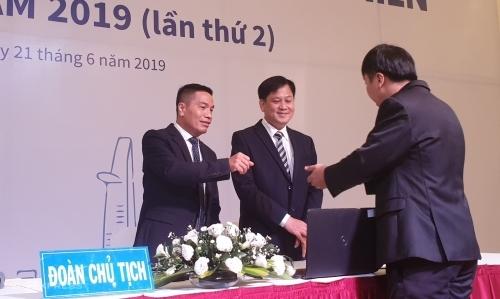 Ông Cao Xuân Ninh trao đổi với cổ đông sau khi đại hội lần thứ 2 bất thành. Ảnh: Phương Đông.
