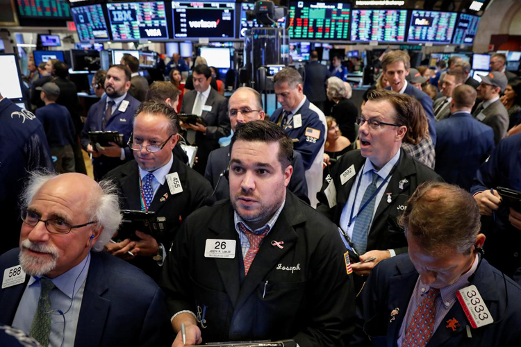 Nhân viên giao dịch làm việc trên Sàn chứng khoán New York (NYSE). Ảnh: Reuters