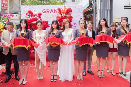 CEO Lê Thị Xuân, Phạm Quỳnh Anh và khách mời cắt băng khánh thành Shynh Group.