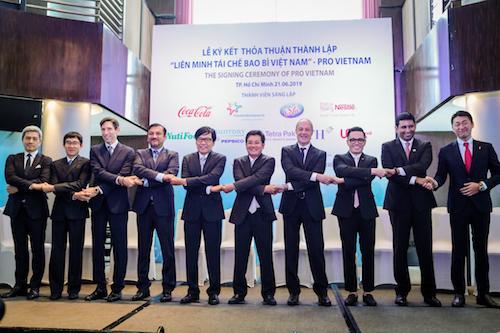 Đại diện 9 đơn vị sáng lập cùng ông Phạm Phú Ngọc Trai, Chủ tịch PRO Vietnam (thứ 5 từ trái sang) bắt tay thể hiện sự đồng thuận trong lễ ký kết. Ảnh: Thành Nguyễn.