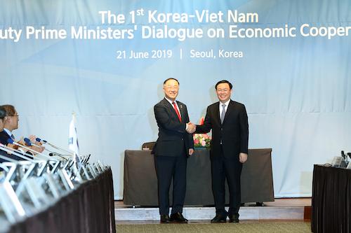 Phó thủ tướng Vương Đình Huệ (phải) và Phó thủ tướng Hàn Quốc Hong Nam Ki tại cuộc đối thoại cấp cao ngày 21/6. Ảnh: VGP
