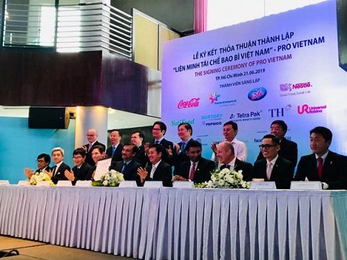 CEO của 9 công ty sáng lập Liên minh Tái chế Bao bì Việt Nam – PRO Vietnam tại lễ ký kết thành lập.
