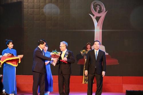 Ông Kiều Minh Lực (người đứng giữa) – Phó Tổng Giám đốc C.P.Việt Nam, đại diện ngành chăn nuôi heo giống nhận biểu trưng chứng nhận giải thưởng VNQA