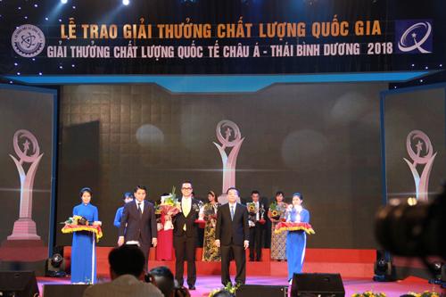 Ông Sakchai Chatchaisophon( người đứng giữa) - Giám đốc Nhà máy Chế biến sản phẩm thịt Hà nội nhận biểu trưng chứng nhận giải thưởng VNQA