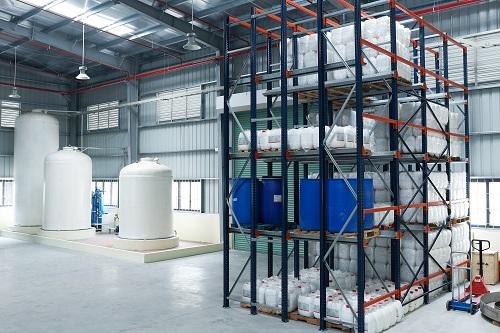 Khu vực lưu trữ thành phẩm và nguyên liệu sản xuất tại nhà máy.